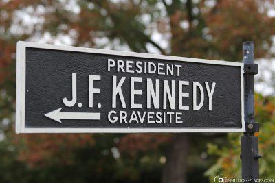 Wegweiser zur Grabstätte von John F. Kennedy