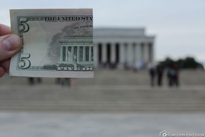 Ein halber 5 Dollar Geldschein mit dem Lincoln Memorial