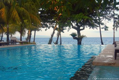 The pool with the sea
