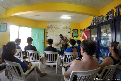 The briefing in the diving school