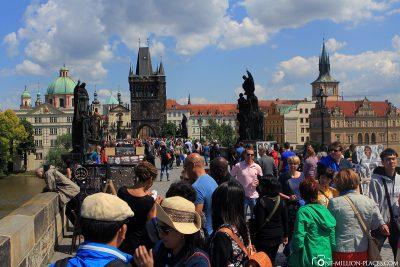 Die wirklich volle Karlsbrücke in Prag