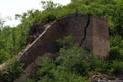 Risse in den Wachtürmen der Mauer