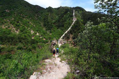 Der Weg über die schmale Mauer