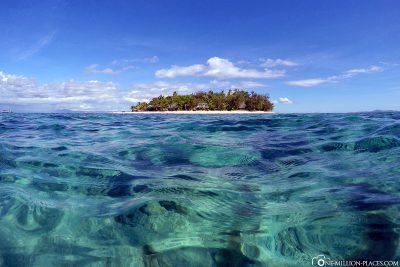 Die Insel inmitten des kristalklaren Wassers