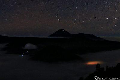 Der Mount Bromo vor der Morgendämmerung