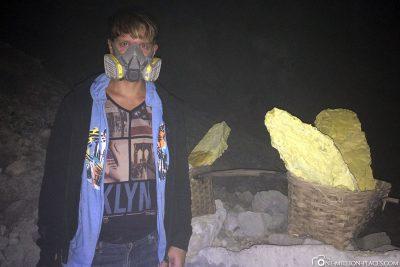 Atemschutzmasken gegen die Schwefeldämpfe