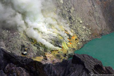 Die Schwefelquellen am Fuße des Kratersee
