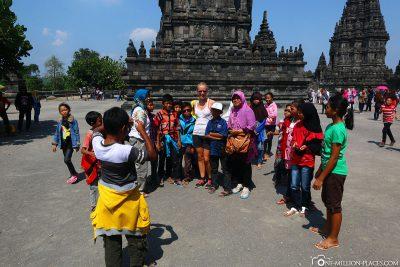 Fotos mit den Einheimischen Schulkindern