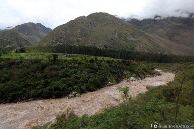 Die Bahnstrecke entlang des Rio Urubamba