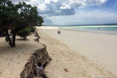Der Strand an der Ostküste von Sansibar