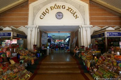 The entrance to Cho Dong Xuan Market