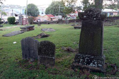 Die alten Gräber auf dem Friedhof