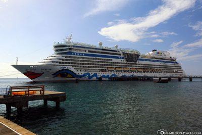 Die AIDAdiva im Hafen von Roseau