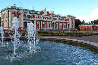 Das Schloss Katharinental mit Brunnen