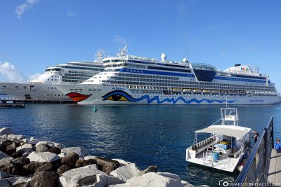 The submersible and cruise ships