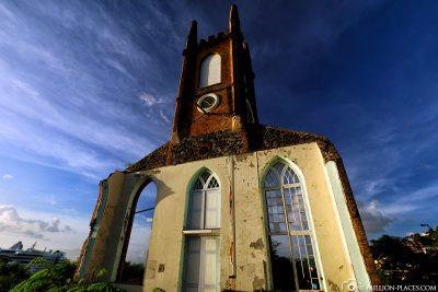 Die noch stehende Fassade der St. Andrews Kirche