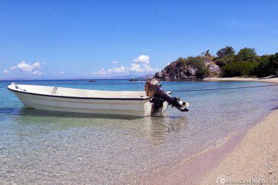 Ein kleines Boot am Strand
