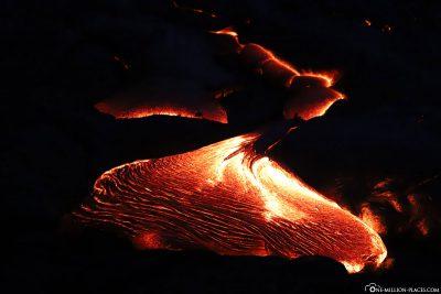 Die fließende Lava in Kalapana in der Nacht