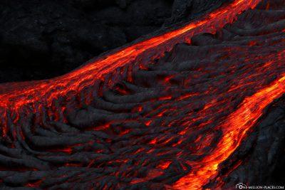 Die glühende Lava in der Nacht