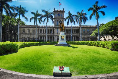 Aliiolani Hale with the King Kamehameha Statue