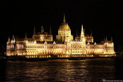 Das beleuchtete Parlamentsgebäude