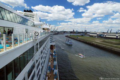 Die AIDAperla im Hamburg Cruise Center Steinwerder