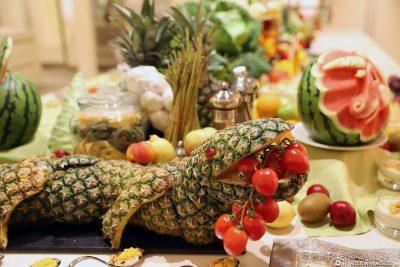 Obst- & Gemüseschnitzereien - Ein Krokodil aus Ananas
