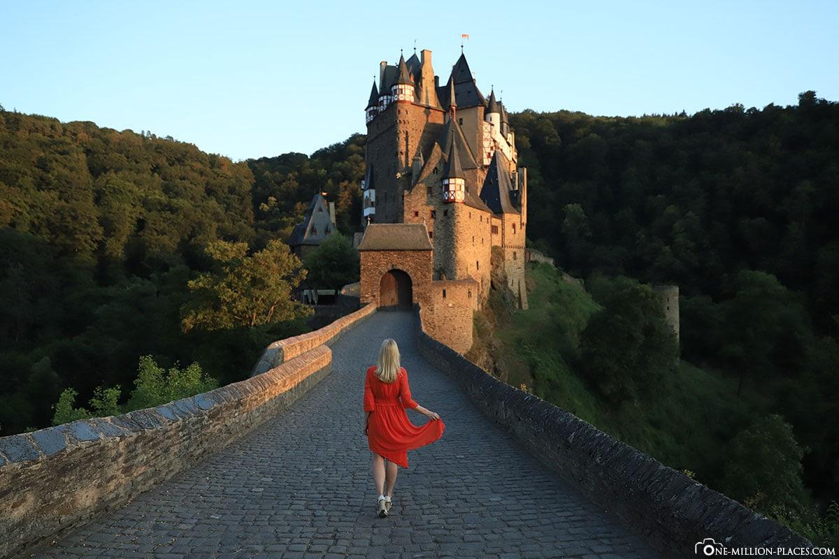 Rotes Kleid, Burg Eltz, Höhenburg, Sehenswürdigkeiten Rheinland Pfalz, Eltztal, Befestigungsanlage, Deutschland