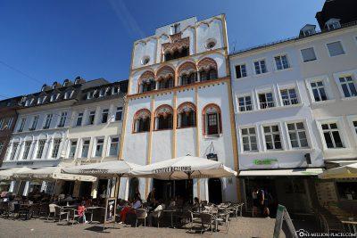 Das Dreikönigenhaus in der Simeonstraße zwischen Porta Nigra und Hauptmarkt