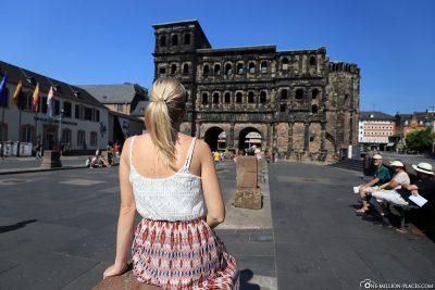 Die Porta Nigra in Trier (Stadtseite)
