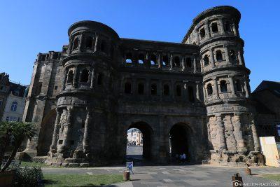 Die Porta Nigra in Trier (Feldseite)