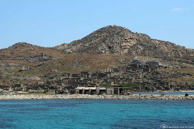 Blick vom Schiff auf die Ruinen von Delos