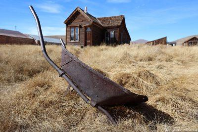 Eine alte Schubkarre in Bodie