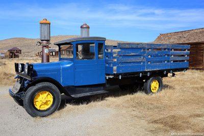 Ein blauer Dodge Laster an der Tankstelle auf der Main Street