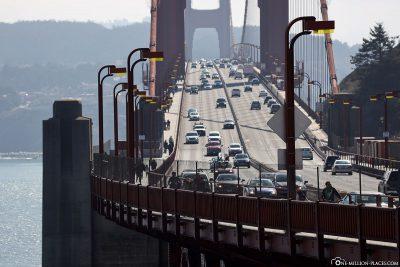 Die 6 Fahrspuren auf der Brücke