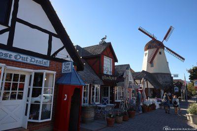 Fachwerkarchitektur und Windmühle in Solvang