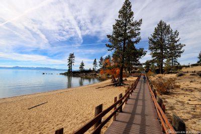 Der Weg entlang am Strand