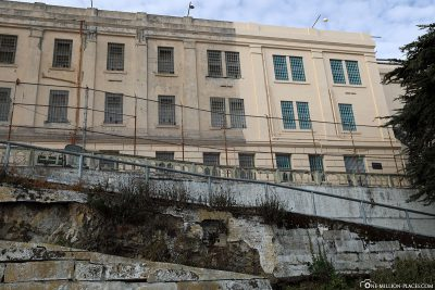 Blick hinauf zum Zellengebäude