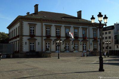 Das Rathaus auf dem Place Guillaume II