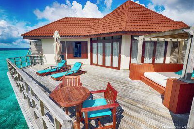 Terrace with loungers, daybed and direct access to the sea