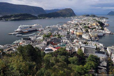 Blick auf Ålesund und das Europäische Nordmeer