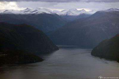 Der Storfjord mit schneebedeckten Bergen