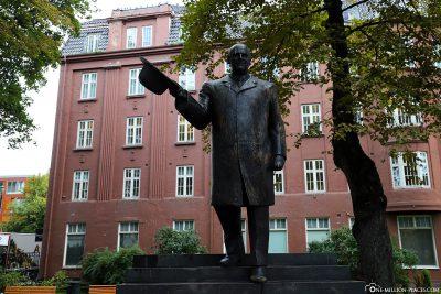 Statue of King Olav V in the Stiftsgérdenpark