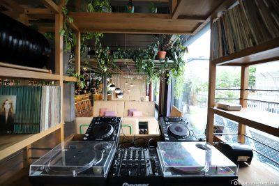 Wohnzimmer mit DJ-Pult