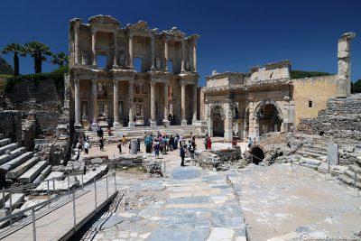 Die Celsus-Bibliothek mit dem Südtor der Agora