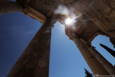 Die Säulen der Bibliotheksfassade