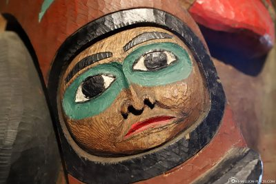 Gesicht auf einem  Totempfahl