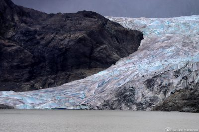 The glacier tongue goes up to the glacier lake
