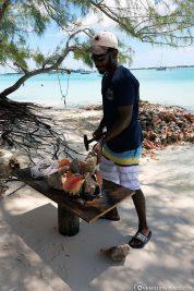 Die Muscheln werden frisch aus dem Meer geholt und geknackt