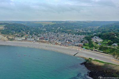 Blick auf den Strand und Étretat